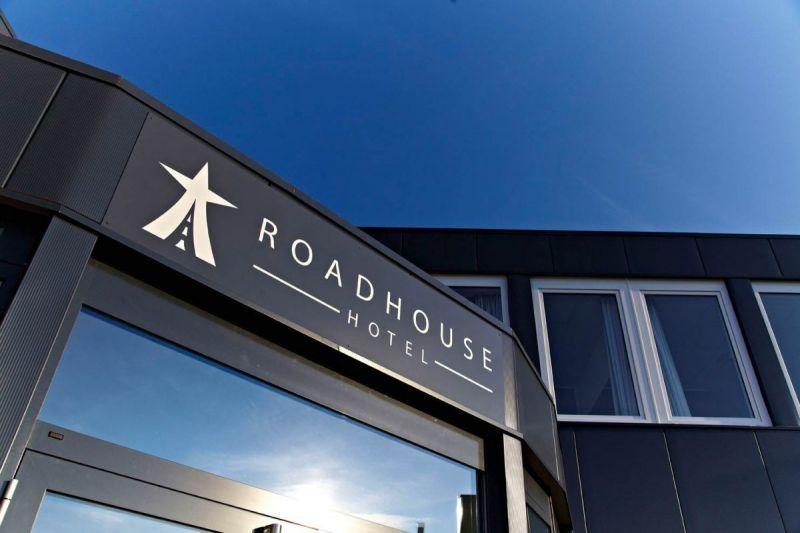 Road-House-Hotel-Schild